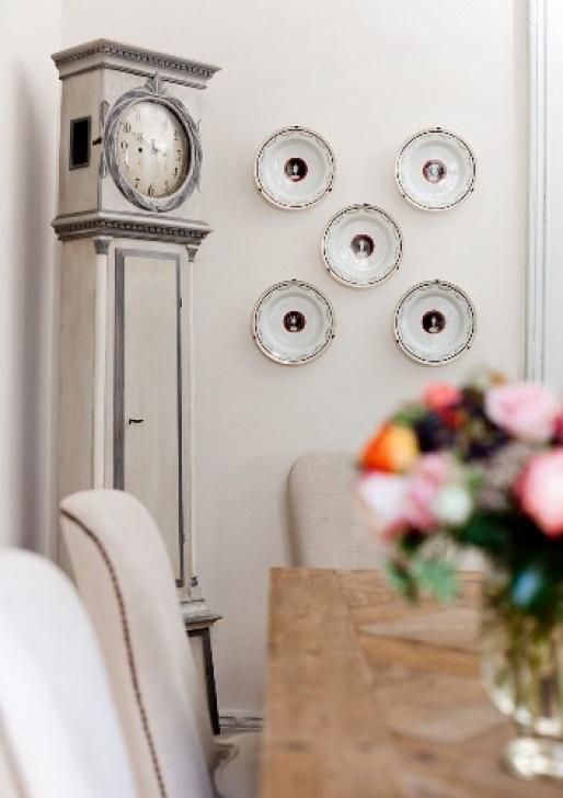 Blick Über Tisch Auf Wanddekoration Mit - Rechte Wanddekoration Bild